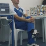 il volto dell'allenatore è turbato a causa delle prestazioni sotto la media di alcuni suoi atleti.