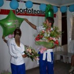 Ale e Arianna mentre ricevono i regali degli atleti della Diavoli Verde Rosa