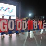 """il saluto finale degli atleti della diavoli verde rosa alla cerimonia di chiusura dei mondiali di pattinaggio corsa alla pista """"F. Panfili""""."""